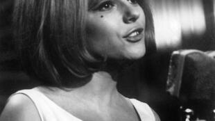 """France Gall, interpretando """"Poupée de Cire, Poupée de Son"""", no Eurovisão de 1965."""