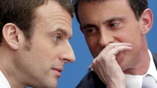 Prime Minister Manuel Valls (L) with Economy Minister Emmanuel Macron