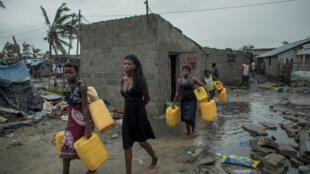 Populares da Praia Nova, em Moçambique, à procura de água após a passagem do ciclone Idai.
