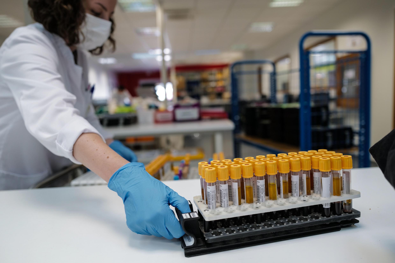 Una técnico de laboratorio organiza unas muestras de sangre antes de llevar a cabo pruebas de COVID-19 el 29 de mayo de 2020 en Besançon, Francia