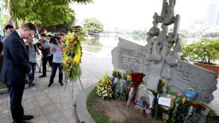 Đại sứ Mỹ tại Việt Nam Daniel Kritenbrink nghiêng mình trước đài kỷ niệm tại Hà Nội có ghi tên cố thượng nghị sĩ John McCain. Ảnh chụp ngày 27/08/2018.