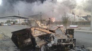 Imagem de carro destruído por bombas durante a invasão de Mossul, no norte, pelos jihadistas neste 11 de junho de 2014.