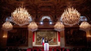 سخنرانی امانوئل ماکرون، رئیس جمهوری فرانسه در مقابل ١۵٠ تن از سفیران کشورهای گوناگون و نمایندگان سازمانهای بینالمللی که بمناسبت سال نو، در کاخ الیزه مقر ریاست جمهوری حضور یافتهاند. پاریس، پنجشنبه ۱۴ دی/ ۴ ژانویه ٢٠۱٨