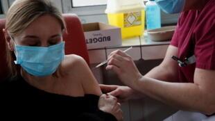 En France, les médecins généralistes pourront commencer à vacciner à partir du 25 février.