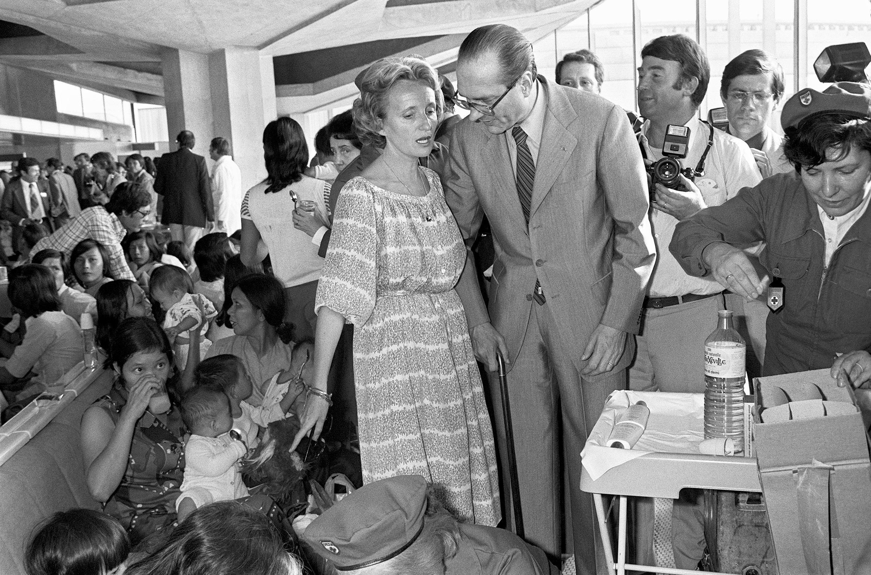 Avec Jacques Chirac en 1979 à Roissy pour accueillir 277 réfugiés vietnamiens.
