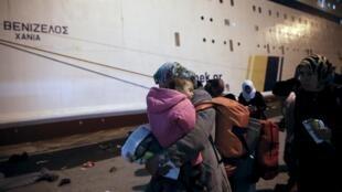 Des réfugiés de l'île de Lesbos s'apprêtent à monter à bord d'un ferry qui doit les emmener jusqu'à Kavala, dans le nord de la Grèce, dans l'un des centres d'accueil temporaire.