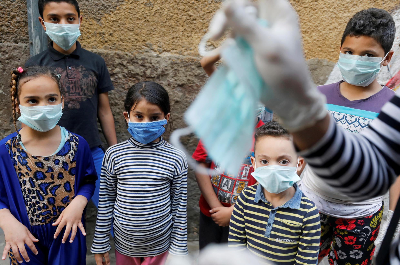 Crianças com mascaras