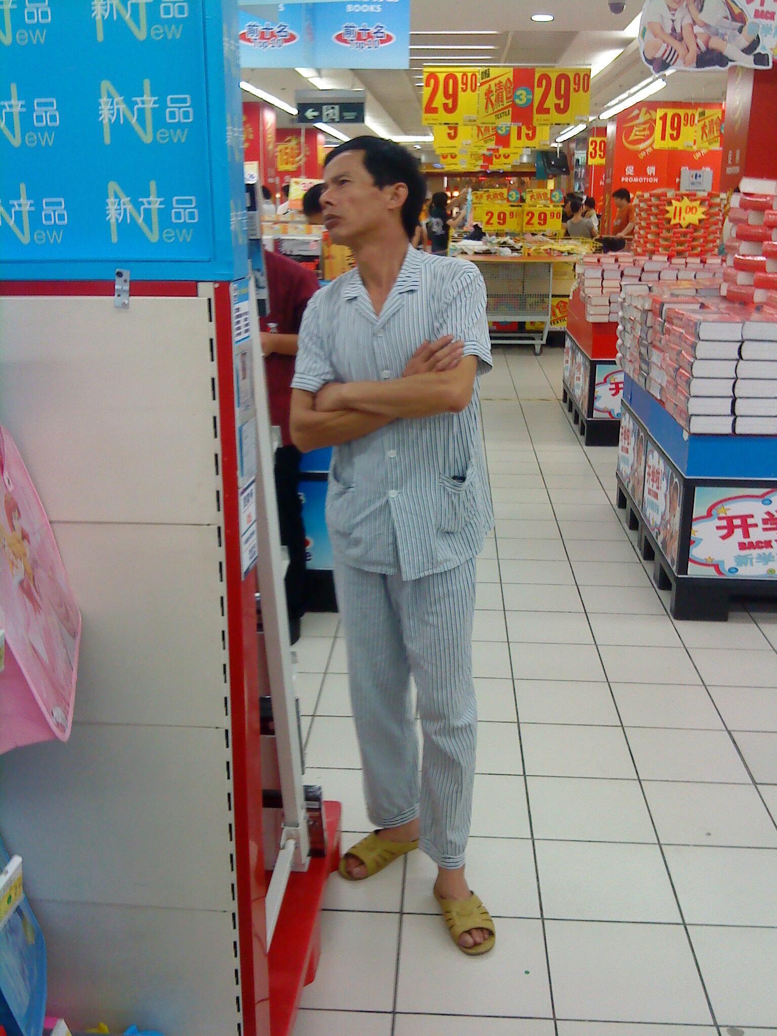 Le pyjama s'invite même au supermarché (ici dans un Carrefour de Shanghai).