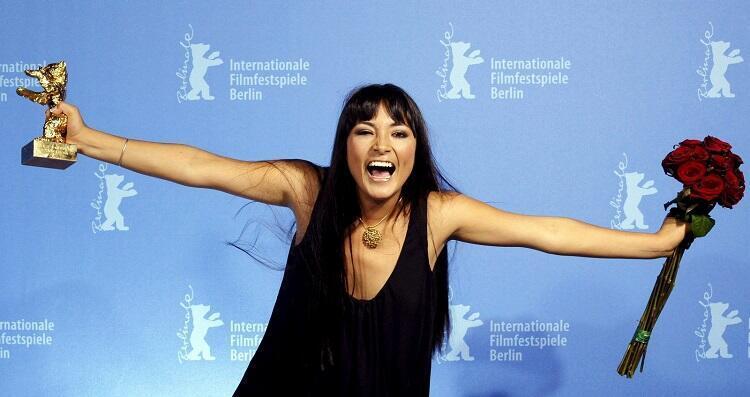 """Magaly Solier recibiendo el Oso de Oro de la Berlinale en 2009 por la película """"La teta asustada"""" de Claudia Llosa."""