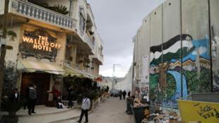 Depuis sa création, le triptyque «Vue de la mer Méditerranée, 2017» était installée à l'hôtel The Walled Off, à Bethléem, par l'artiste Banksy lui-même. Ici, en mars 2017.