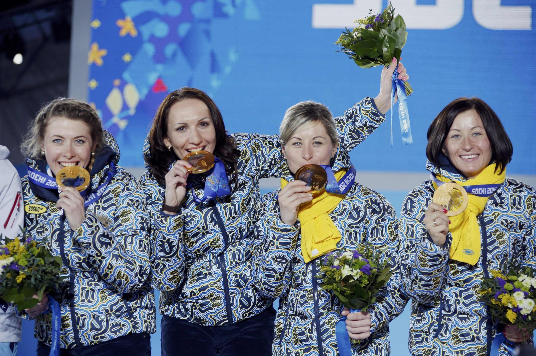 Украинки Юлия Джима, Олена Пидгрушна, сестры Валя и Вита Семеренко завоевали золото в биатлонной эстафете на фоне трагических событий в Киеве
