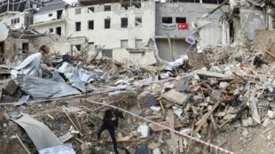 Một người dân trong cảnh nhà cửa hoang tàn đổ nát ở Ganja, Azerbaijan, ngày 22/10/2020, trong cuộc xung đột giữa Armenia và Azerbaijan.