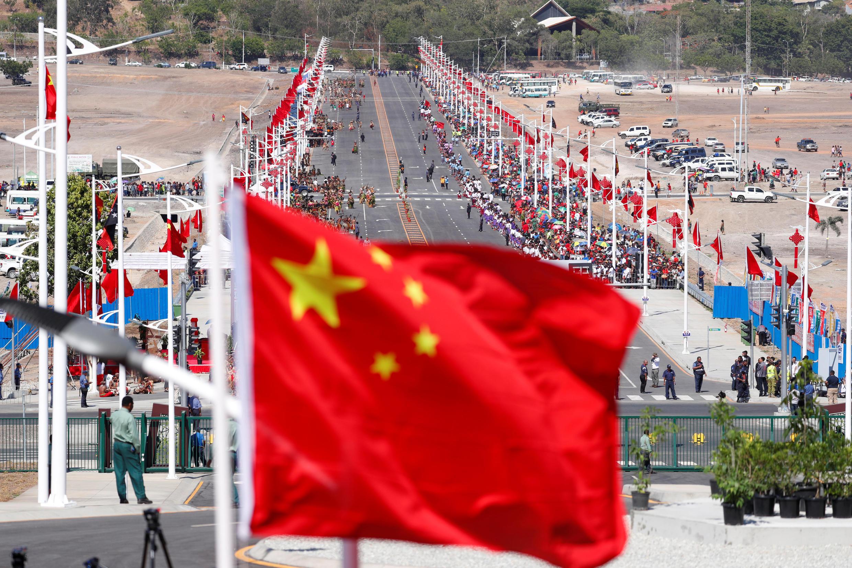 Cờ Trung Quốc phủ rợp đại lộ chính tại Port Moresby, Papua New Guinea do Bắc Kinh tài trợ, ngày 16/11/2018.