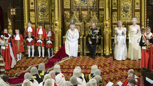 La reine d'Angleterre Elizabeth II (c) avec le prince Philip à la Chambre des Lords, lors de la session d'ouverture du Parlement, le 3 décembre 2008.