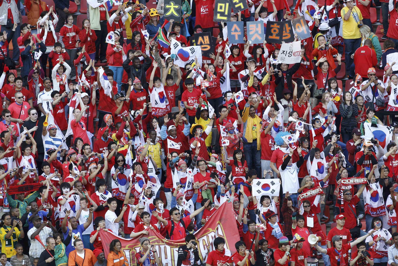 Cổ động viên đội tuyển Hàn Quốc vui mừng trước chiến thắng của đội nhà tại sân vận động Nelson Mandela Bay ở Port Elizabeth ngày 12/06/2010.