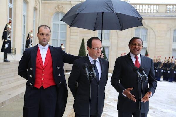 Rais wa Ufaransa Francois Hollande akiwa na mgeni wake rais wa Tanzania Jakaya Kikwete kwenye ikulu yake mjini Paris