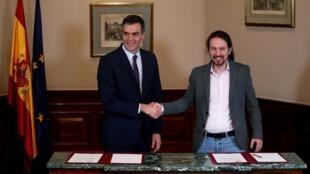 Pedro Sánchez e Pablo Iglesias (d) ao anunciarem acordo de princípio entre socialistas e esquerda radical na Espanha.