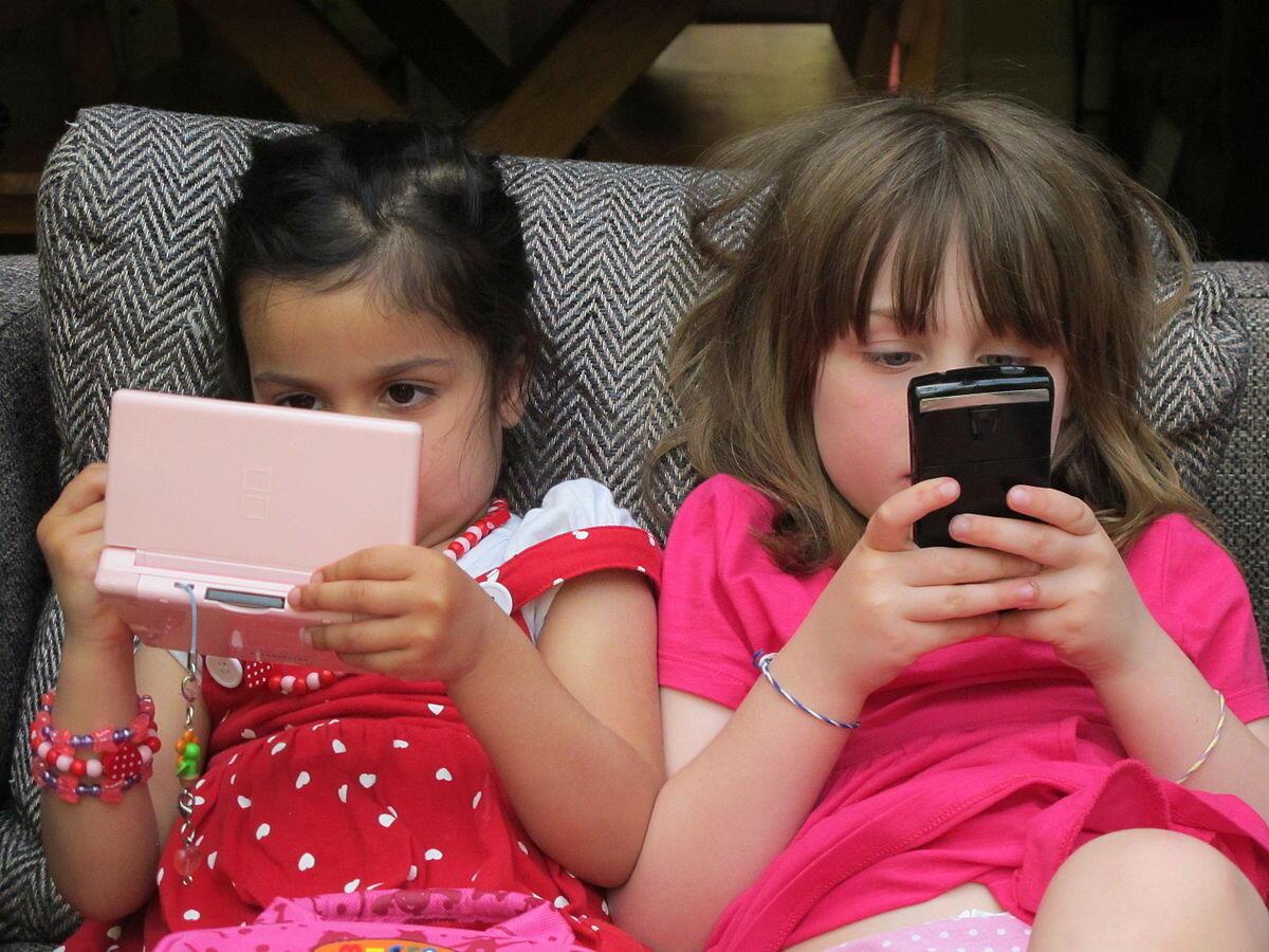 Exposição contínua à tela do computador pode afetar crianças na socialização.