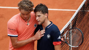 Dominic Thiem (left) beat Alex Zverev in straight sets to advance to his third consecutive French Open semi-final.