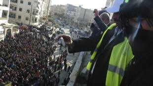 Observadores da Liga Arabe (identificáveis pelos coletes amarelos) verificam protestos contra Bashar al-Assad, em Adlb, no dia 30 de dezembro último.