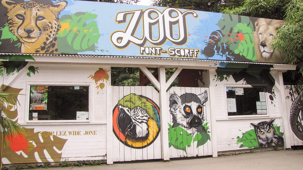 存档图片 Image d'archive: L'entrée du Zoo de Pont-Scorff, situé à Pont-Scorff en Bretagne. Il présente une importante collection zoologique constituée de grands mammifères.