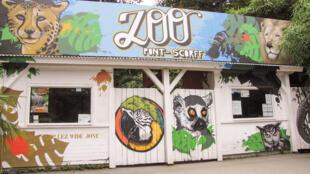 存檔圖片 Image d'archive: L'entrée du Zoo de Pont-Scorff, situé à Pont-Scorff en Bretagne. Il présente une importante collection zoologique constituée de grands mammifères.