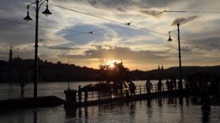 Na Hungria, o rio Danúbio transbordou por causa das chuvas que castigam o centro da Europa.