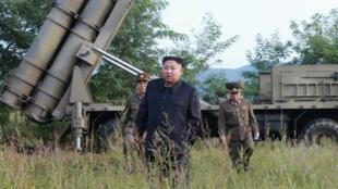 Ảnh minh họa : Lãnh đạo Bắc Triều Tiên Kim Jong Un tại nơi thử nghiệm giàn phóng tên lửa hàng loạt, ngày 10/09/2019.
