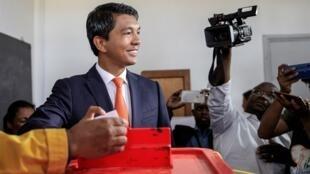 Le nouveau président de Madagascar, Andry Rajoelina, lors du dépôt de son bulletin de vote durant l'éléction présidentielle de 2018 (Antananarivo, Madagascar).