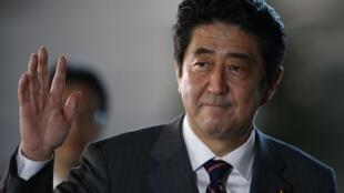Shinzo Abe, novo premiê japônês, chega em sua residência oficial nesta quarta-feira.