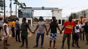 À Lagos, chaîne pacifique de jeunes manifestants de un bâtiment officiel malgré le couvre-feu, le 20 octobre, en protestation contre les violences militaires.