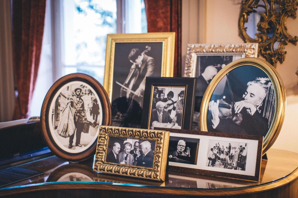 Bộ ảnh kỷ niệm của gia đình Chaplin trong phòng triển lãm