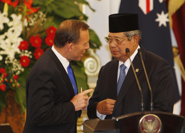 Thủ tướng Úc Tony Abbott (trái) trao đổi với Tổng thống Indonesia Susilo Bambang Yudhoyono tại Jakarta ngày 30/9/2013.