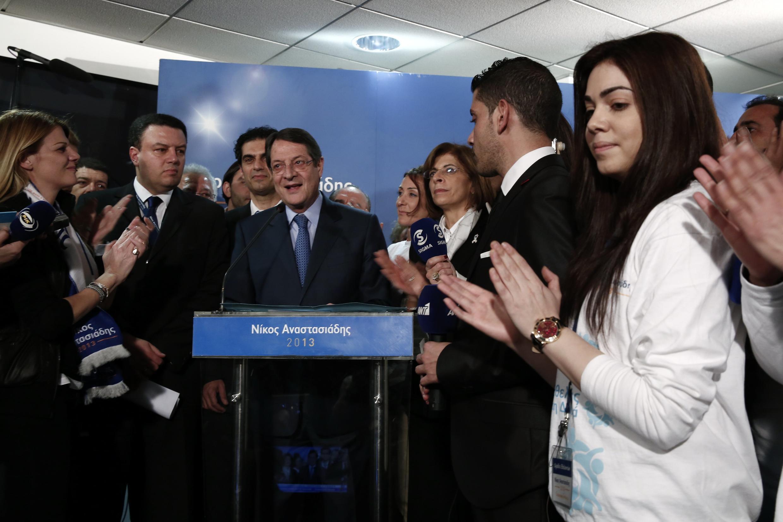 O candidato à presidência do Chipre Nicos Anastasiades faz uma declaração na sede de seu partido neste domingo 17 de fevereiro; ele venceu com folga o primeiro turno da eleição.