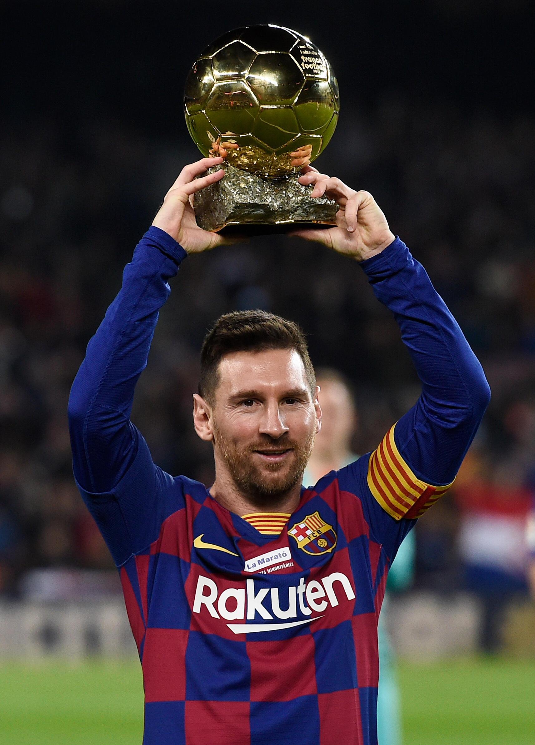 Lionel Messi con su sexto balón de oro antes de un partido del Barça.