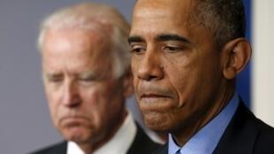 Barack Obama et son vice-président Joe Biden, au moment de réagir à l'annonce de la fusillade de Charleston, le 18 juin 2015 à Washington.