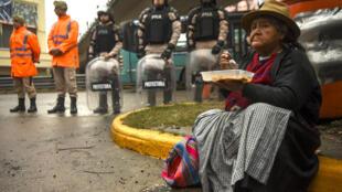 Una mujer come durante una protesta de activistas sociales en el Puente Pueyrredón, en Buenos Aires, el 12 de julio de 2017.