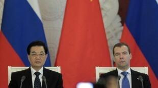 ប្រធានាធិបតីចិន Hu Jintao (ឆ្វេង) និងប្រធានាធិបតីរុស្ស៊ីលោក Dmitri Medvedev (ស្តាំ)។
