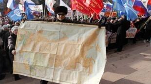 Un manifestante muestra un mapa de la Unión Soviética en apoyo a los rusohablantes que viven en Ucrania, el pasado 13 de marzo, en Krasnoyarsk, Siberia.
