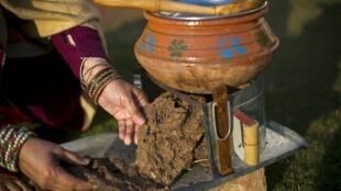 2016-01-15 pakistan rawalpindi cow dung fuel shortage cooking heating