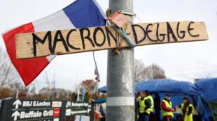 Un carte exige la partida del presidente Emmanuel Macron, el 5 de diciembre de 2018 en Sainte-Eulalie, cerca de Burdeos.