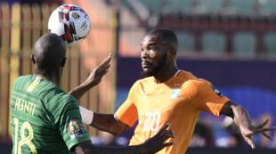 L'Ivoirien Geoffroy Serey Die (droite) et le Sud-Africain Sifiso Hlanti (gauche), lors du match CAN 2019 entre la Côte d'Ivoire et l'Afrique du Sud, le 24 juin 2019.