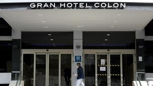 Un infirmier vêtu d'un masque entre dans l'Ayre Gran Hotel Colon, premier hôpital médiacalisé en Espagne, le 19 mars 2020 à Madrid.