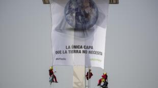 Militantes de Greenpeace en una de las manifestaciones contra el uso de envases plásticos para los alimentos.