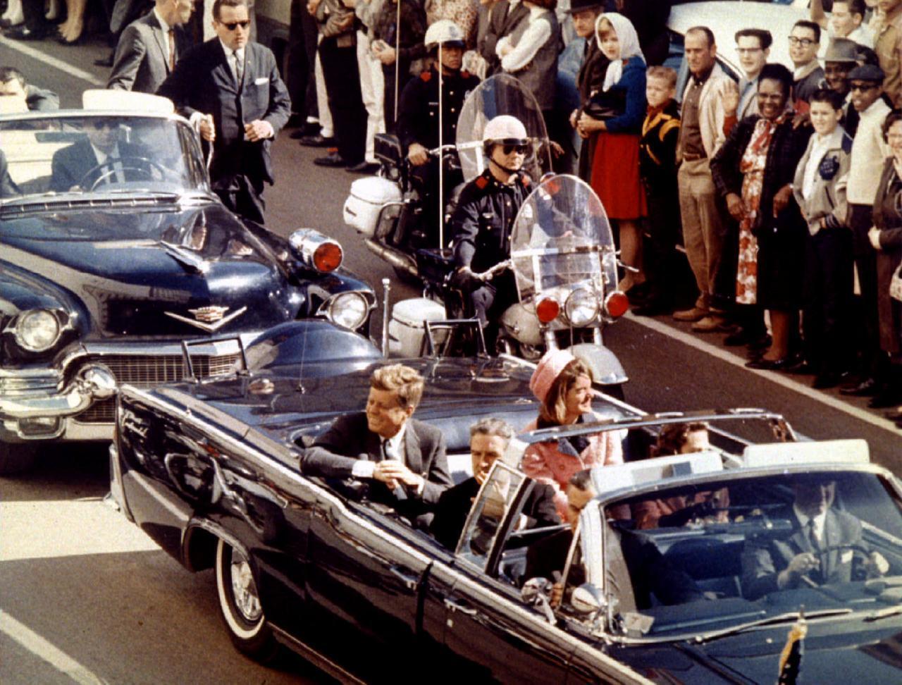 Tổng thống Mỹ John F. Kennedy, đệ nhất phu nhân Jaqueline Kennedy và thống đốc bang Texas John Connally trên chiếc xe limousin trước khi ông Kennedy bị ám sát tại Dallas, Texas, ngày 22/11/1963.