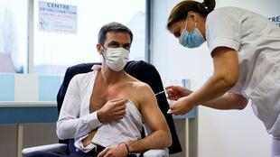 Les effets secondaires du vaccin AstraZeneca ne remettent pas en cause son efficacité
