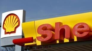 L'ONG britannique accuse Shell d'avoir «su» que l'argent versé pour l'acquisition d'un gros contrat pétrolier n'irait pas au gouvernement nigérian, mais à des individus.