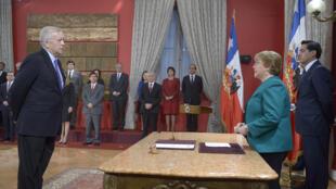 La presidenta de Chile Michelle Bachelet et su nuevo ministro de Hacienda, el democráta-cristiano Jorge Burgos.