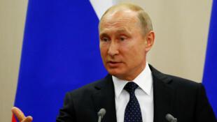 Le président russe Vladimir Poutine en conférence presse à Sotchi, le vendredi 18 mai 2018.