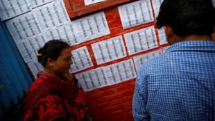 尼泊爾選民爭相尋看候選人名單情景(2017年5月14日)